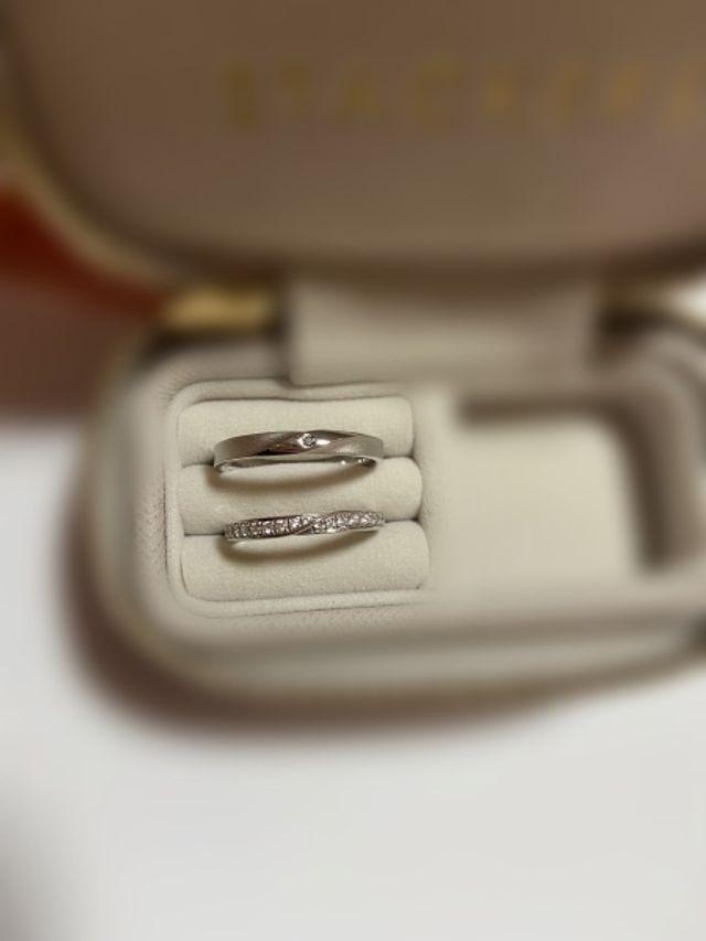 上が男性の指輪で、下が女性の指輪です。