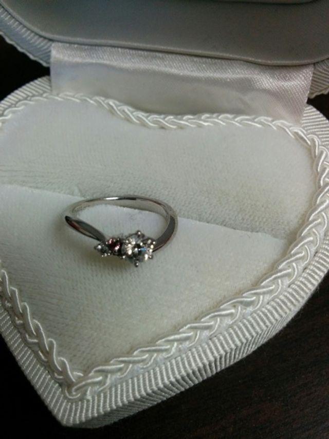 ピンクダイヤと小さいダイヤも付いています。