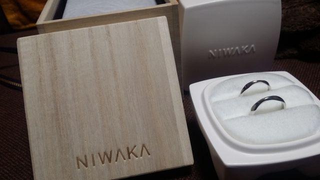 桐箱の中の白い陶器の箱に入っています