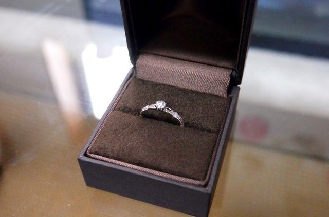大小のダイヤが煌びやかなシェールラブの結婚指輪