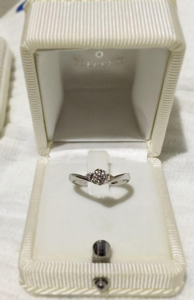 ダイヤの両サイドがピンクダイヤモンドになっています。