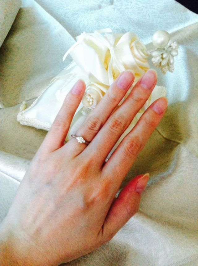 実際に指輪をはめてみると、指が細く見える印象。