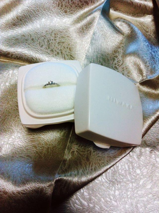 内箱は真っ白の陶器で、入っている指輪が映えます。