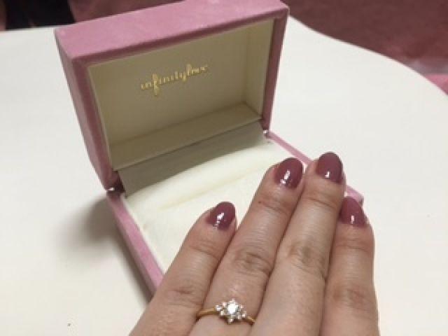一粒の大きなダイヤの周りにお花型のようにたくさんのダイヤが!