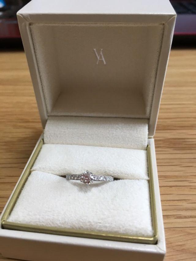 小さいダイヤのサイドは細かくミル打ちされています