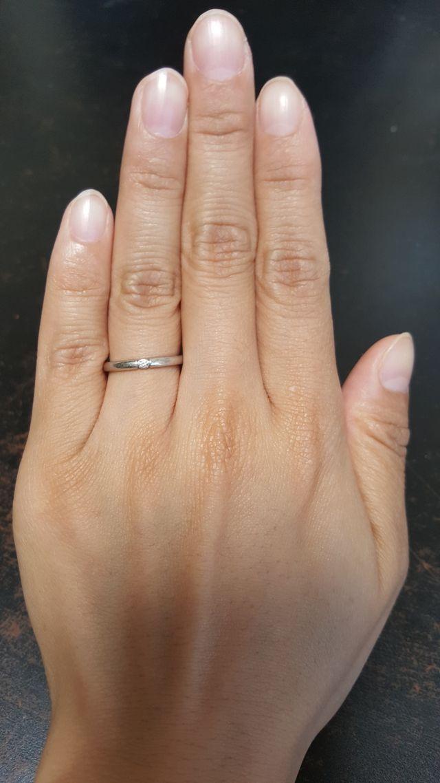 細めのストレートのリングに、真ん中にメレダイアモンド