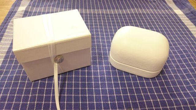 素敵な箱。外は真っ白で純白のイメージ。
