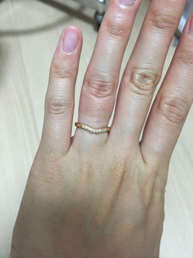 小ぶりのダイヤモンドが9個ついているゴールドの指輪。