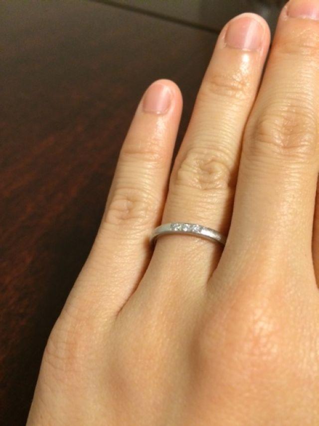 結婚指輪。仕事上、控えめに。