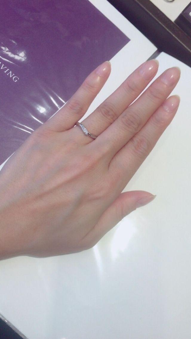 V字のラインが指を綺麗に見せてくれ、ダイヤの入り方も理想。