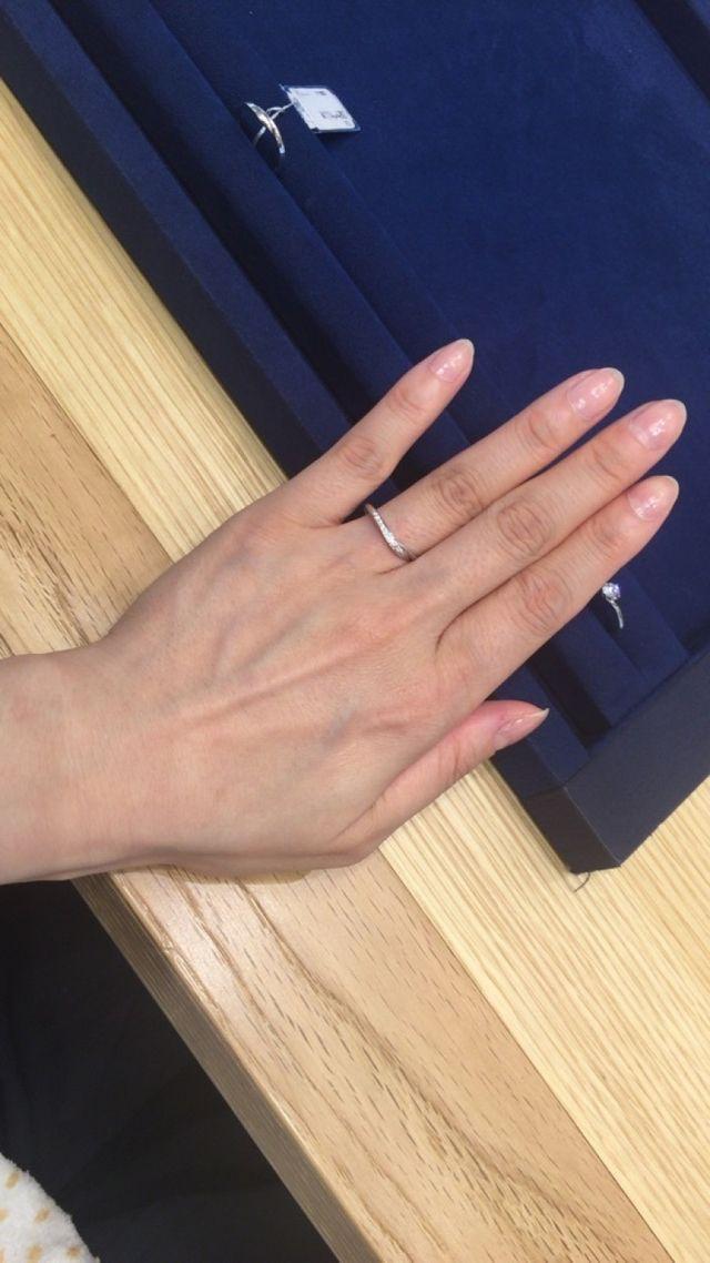 絶妙なV字が優しくお上品なリング。ダイヤも綺麗。