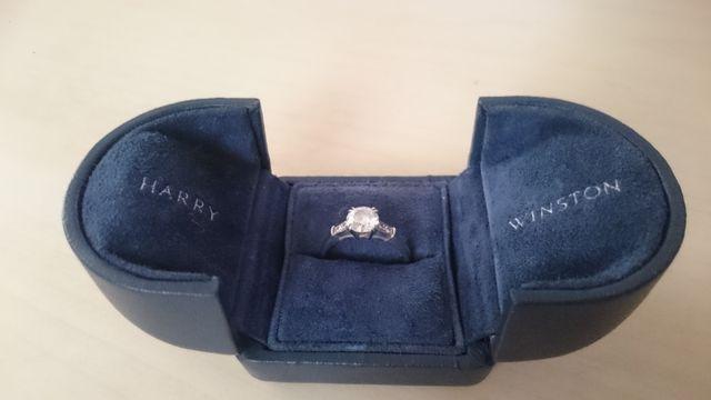 婚約指輪なのでこのケースに入れて大切に保管しています。