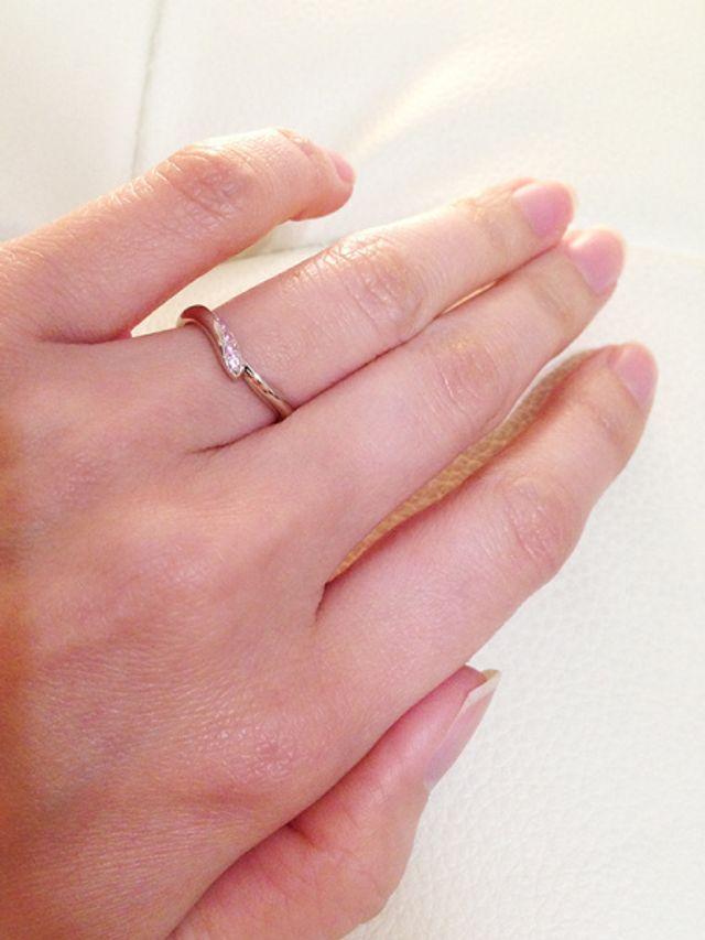緩やかな曲線と小さなピンクサファイヤが気に入っています。