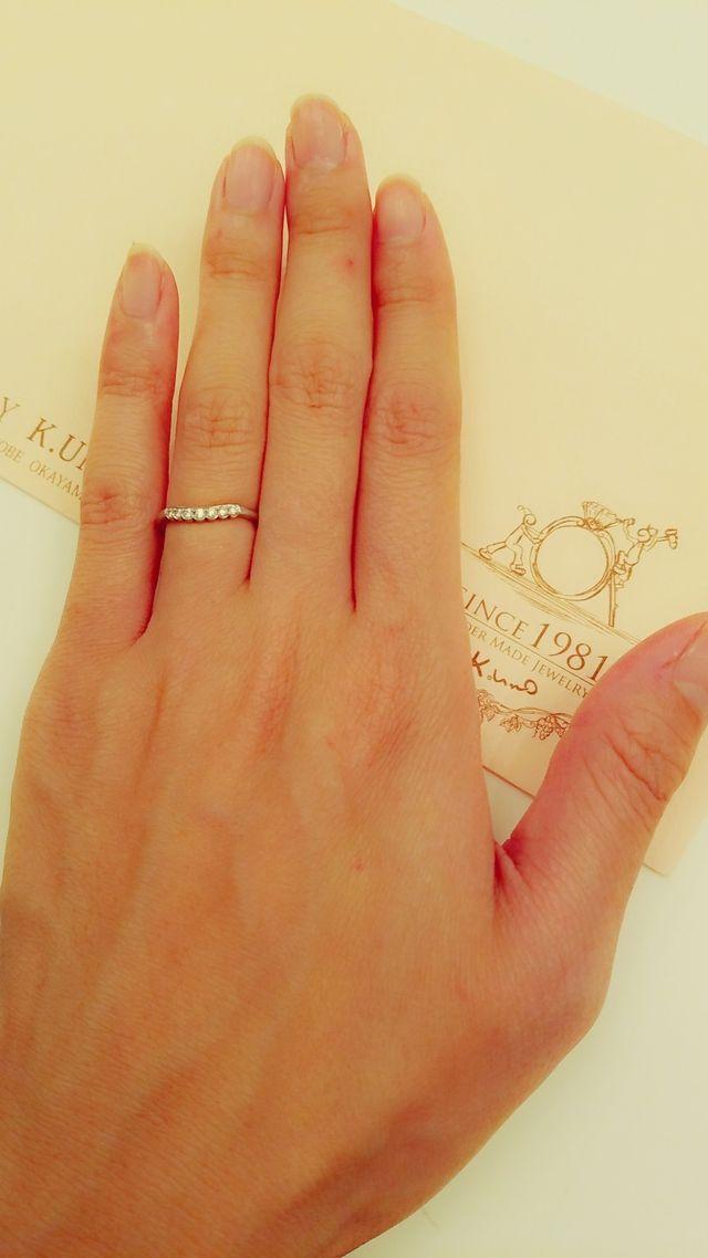 シンプルなデザインですが、ダイアモンドが光って凄く上品です。