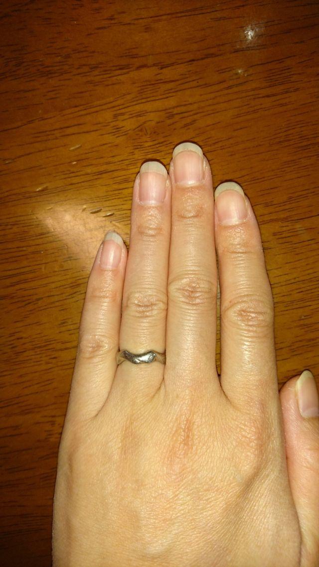 指輪の太さは、約4mと太めです。内側に文字が彫ってあります。