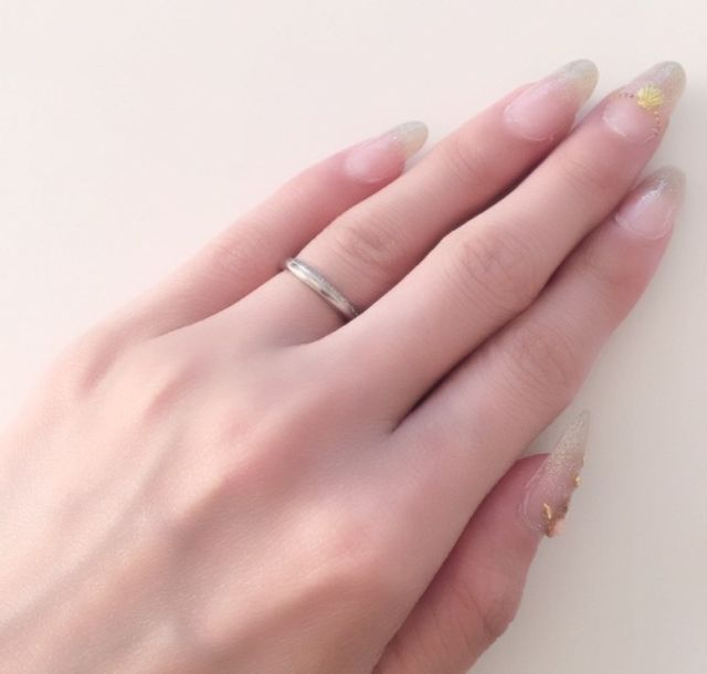 上品なデザインで存在感もあり、指にすっと馴染みます。