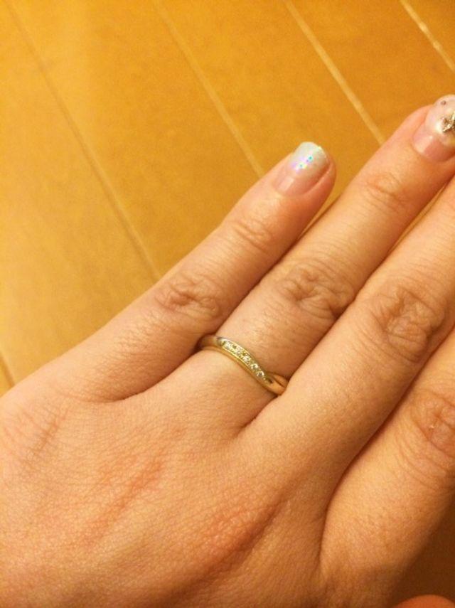 指に付けた状態。真ん中に5つ小さいダイヤをはめ込んでいます。