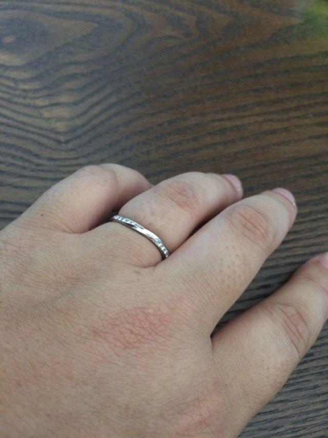 少し丸みがあるリングで両側にメレダイヤが入ってます