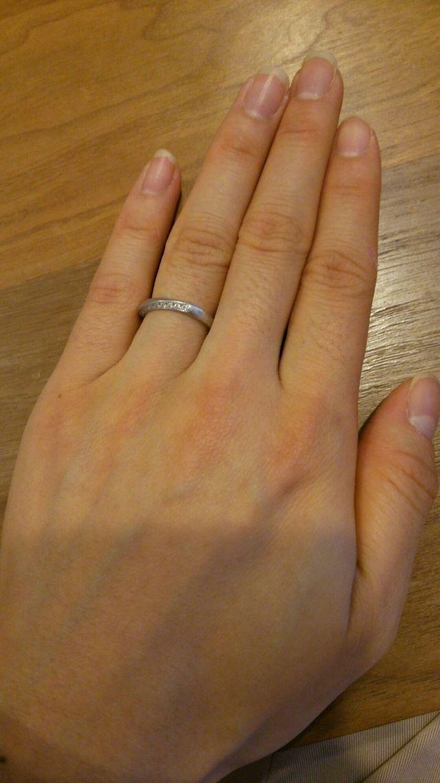 指輪の上面、下面に小さなダイヤが連なって埋め込まれています。