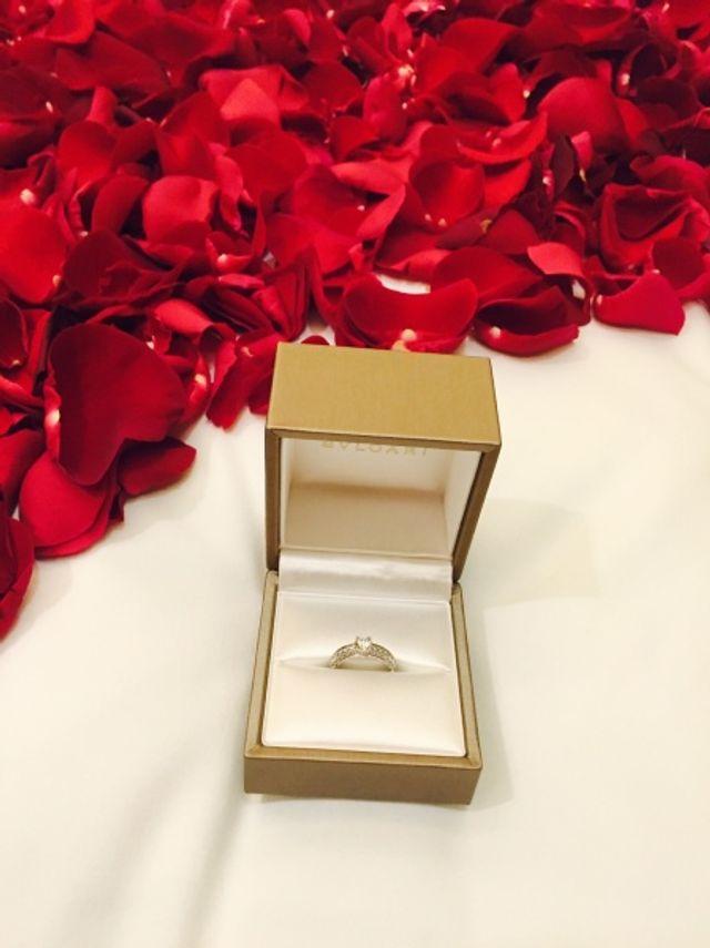 彼が用意してくれたバラと婚約指輪です
