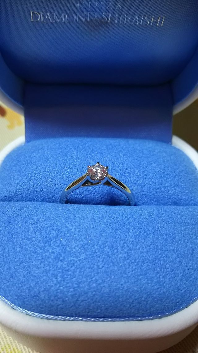 ダイヤモンドの輝きがすごいので、シンプルなデザインに。