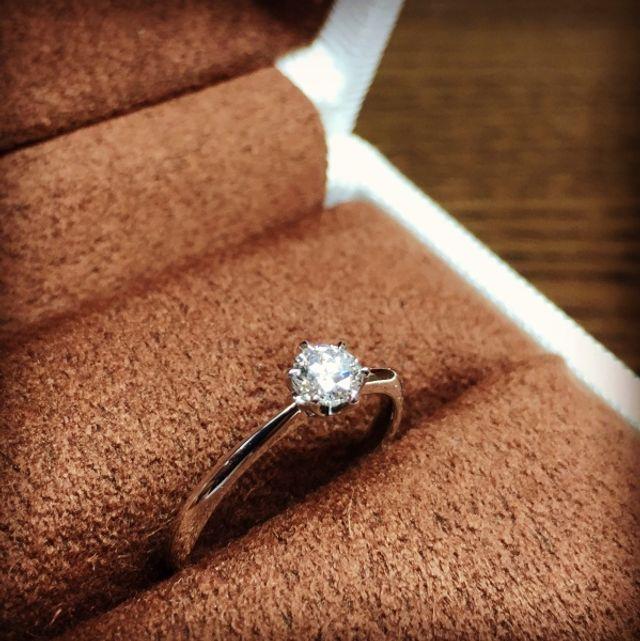 すごく綺麗に光るダイヤモンドの婚約指輪でプロポーズしました!