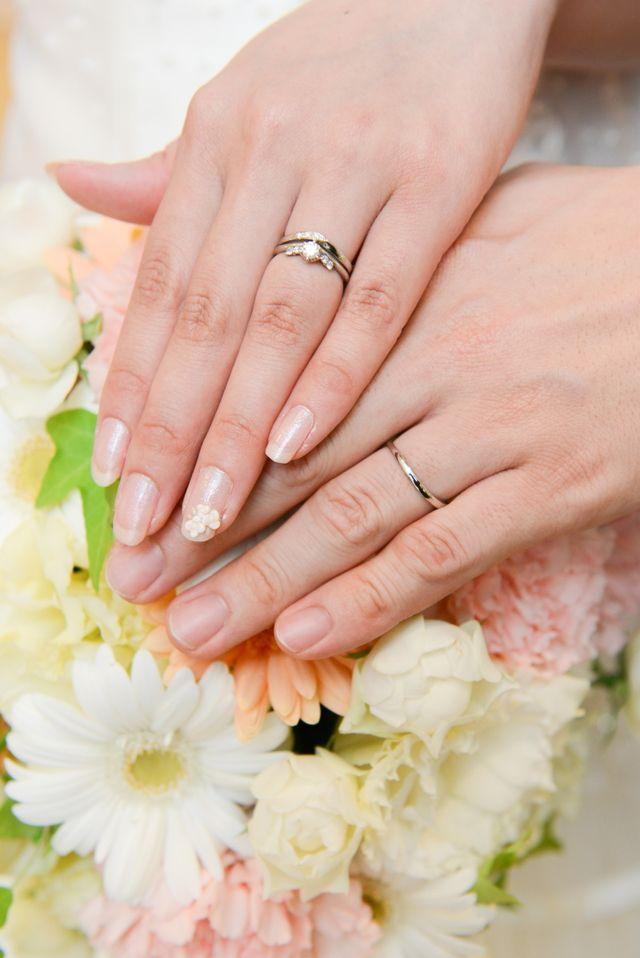 婚約指輪と重ね付けできるデザインにしました