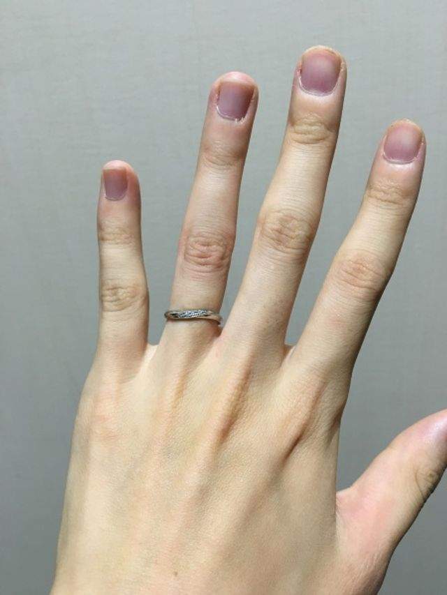 指輪のカーブに沿ってダイヤモンドが入っています。