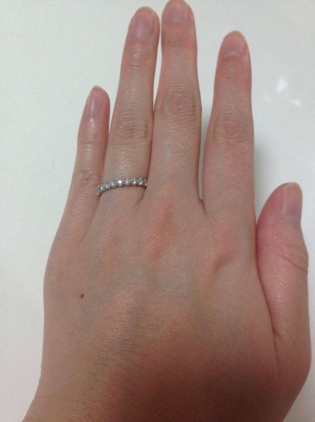 指輪を左薬指にはめているもの