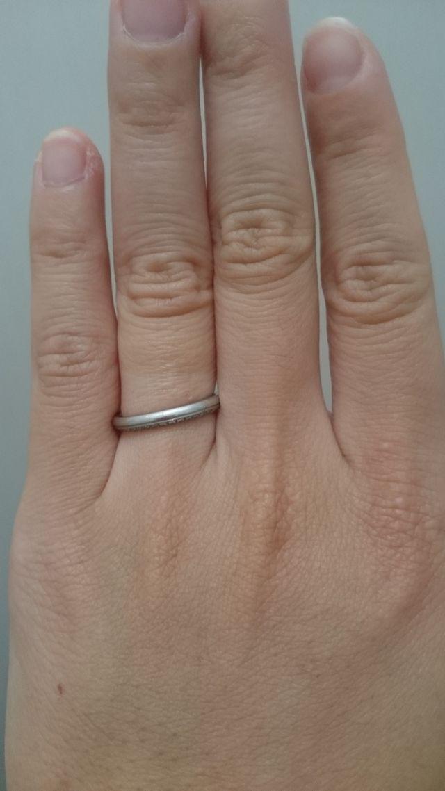 指輪を逆にすればダイヤが目立たなくなる。