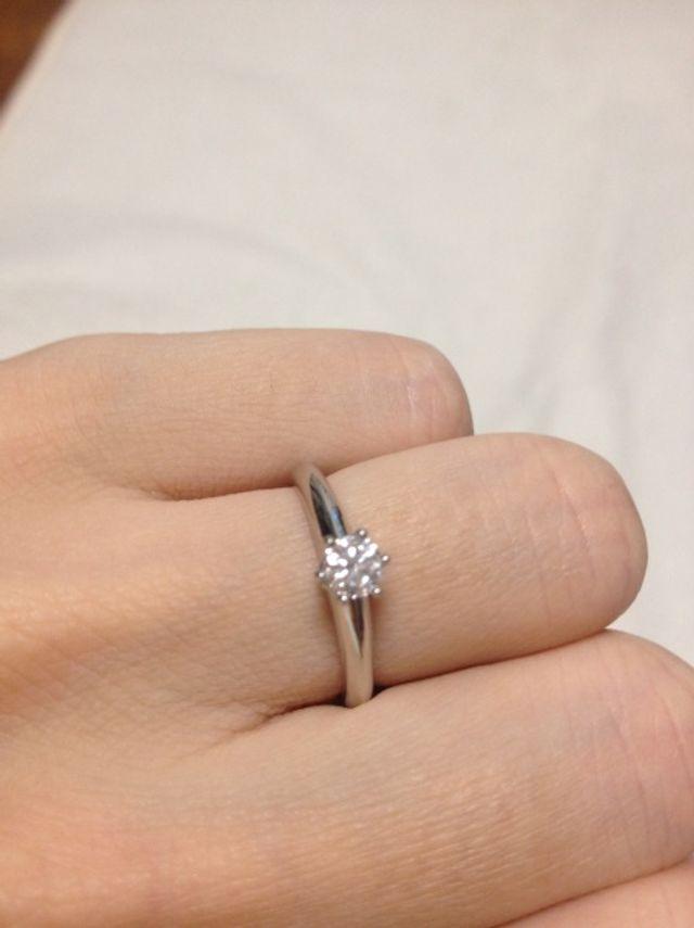 ダイヤモンドの婚約指輪です。シンプルなデザインです。