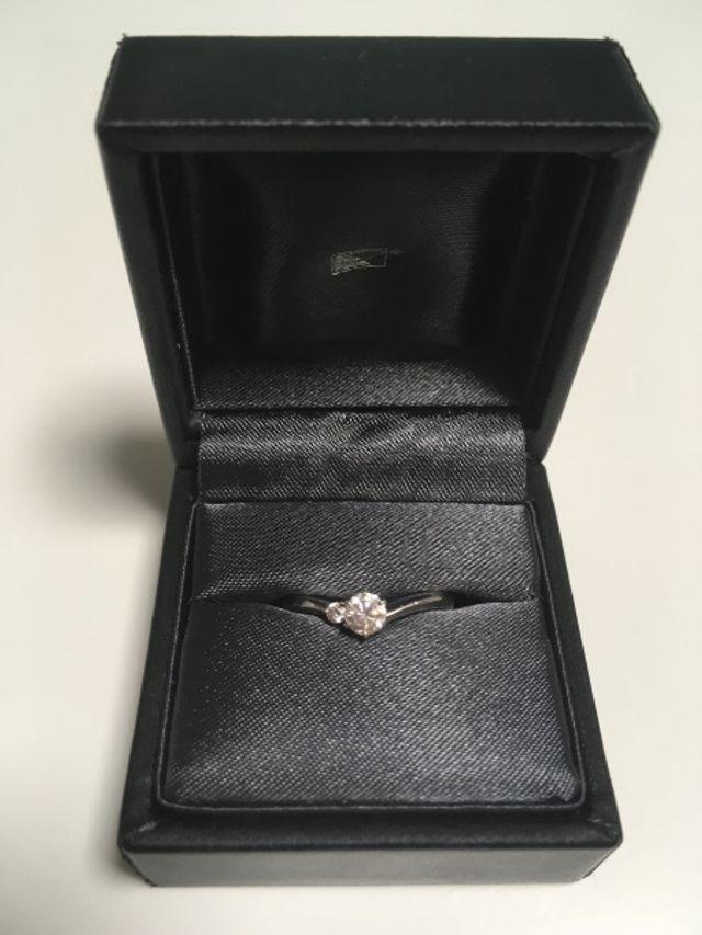 センターダイヤモンドの横に1粒メレダイヤがついています。
