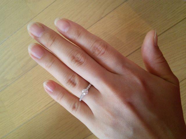 短い指でも普段より長く見せてくれる指輪です。