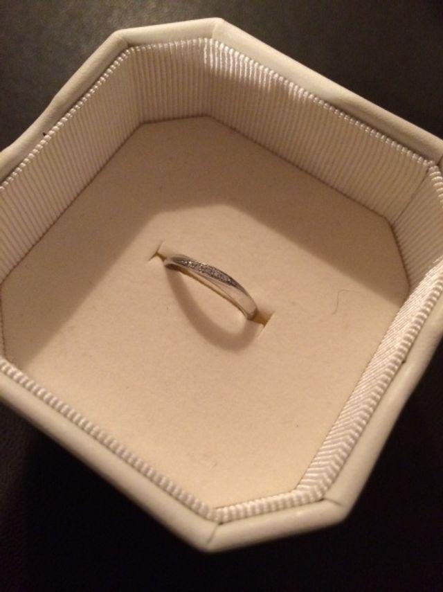 リング部分が細く、ダイヤが埋め込まれたタイプの指輪です。