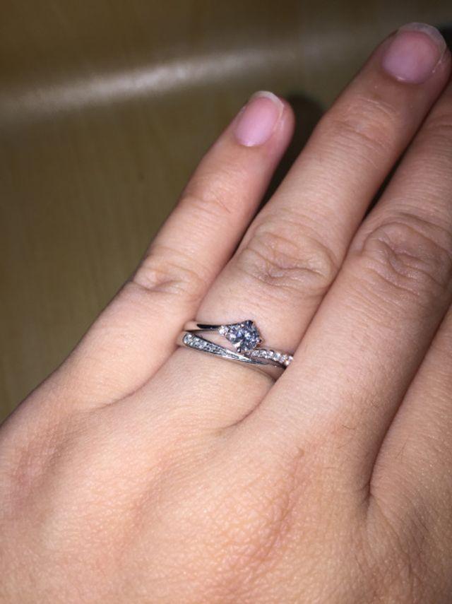 婚約指輪(上)と合わせられるようにデザインを選びました