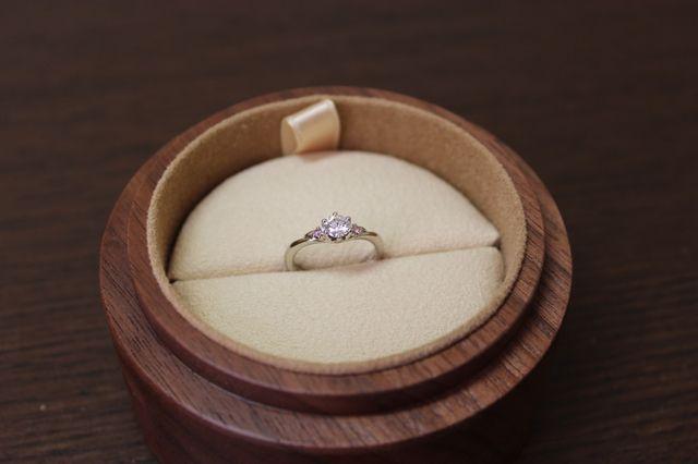 ダイヤモンドの両脇にピンクダイヤを付けました!