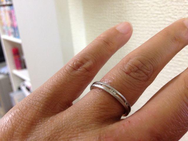 結婚指輪は、6つのダイヤがあしらわれたタイプです。