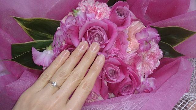 花束に負けないダイヤモンドの存在感