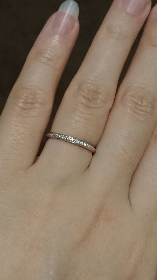 ダイヤが側面から巻き付くようなデザインのハーフエタニティ