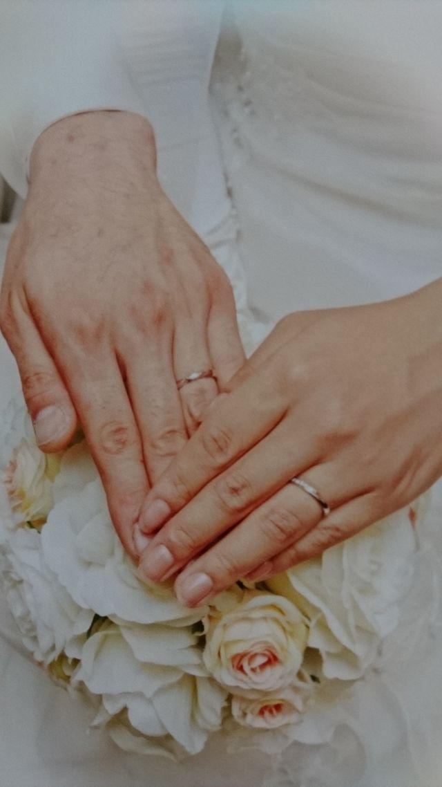 結婚指輪。リングの真ん中からサイドにダイヤが付いてます。