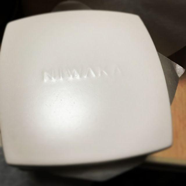 真っ白い陶器に入っております。