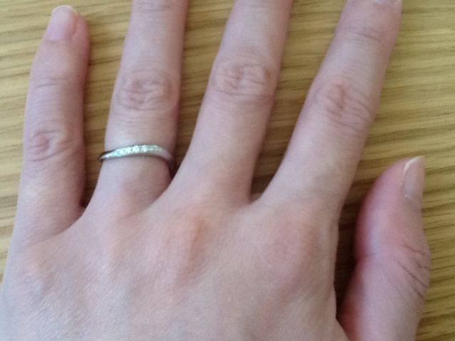 カーブをしていて石がついている指輪を選びました。