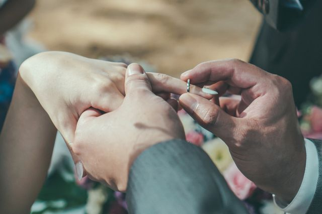 挙式中の指輪交換