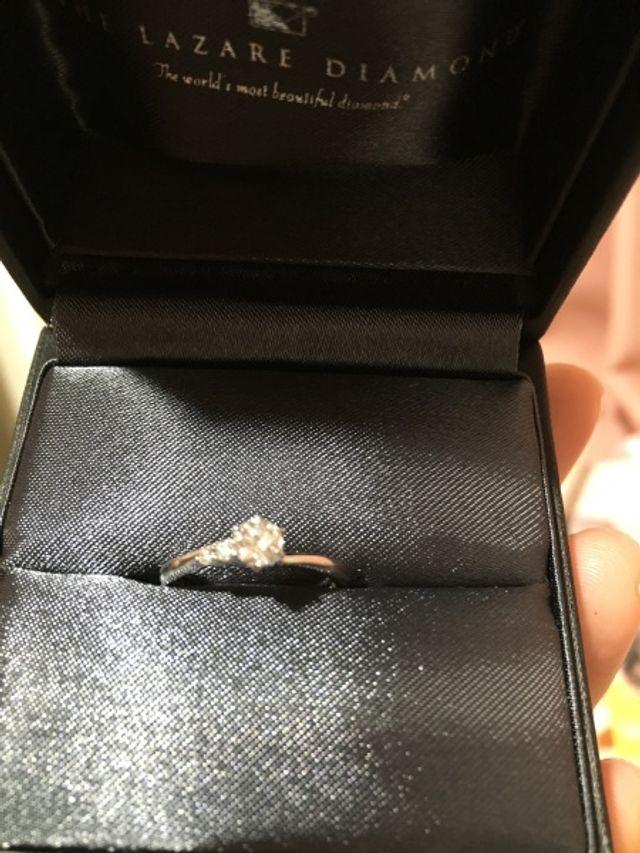 真ん中にダイヤ、左サイドにも小さなダイヤのある婚約指輪。