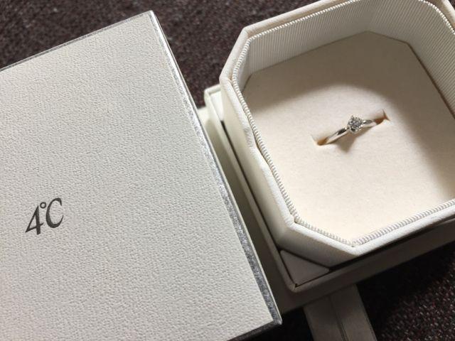 箱とケースと婚約指輪です。