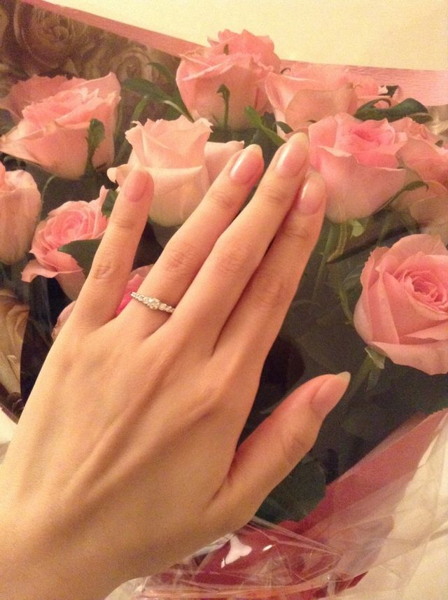 プロポーズされた時にもらった花束と一緒に撮ったものです。