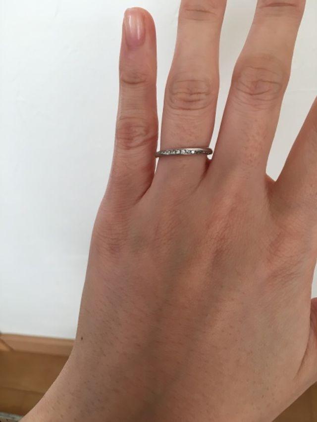 指輪はプラチナで、ダイヤが螺旋状に埋め込まれています。