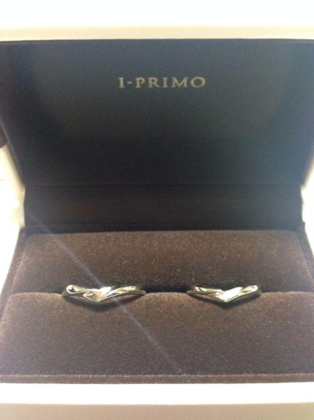 婚約指輪と重ね付けできるタイプを購入しました。