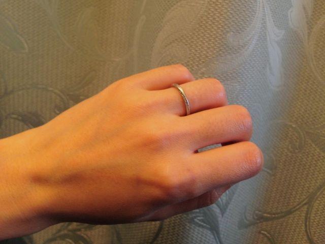 カーブタイプで曲線の両縁に小さなダイヤモンドが並んでいます。