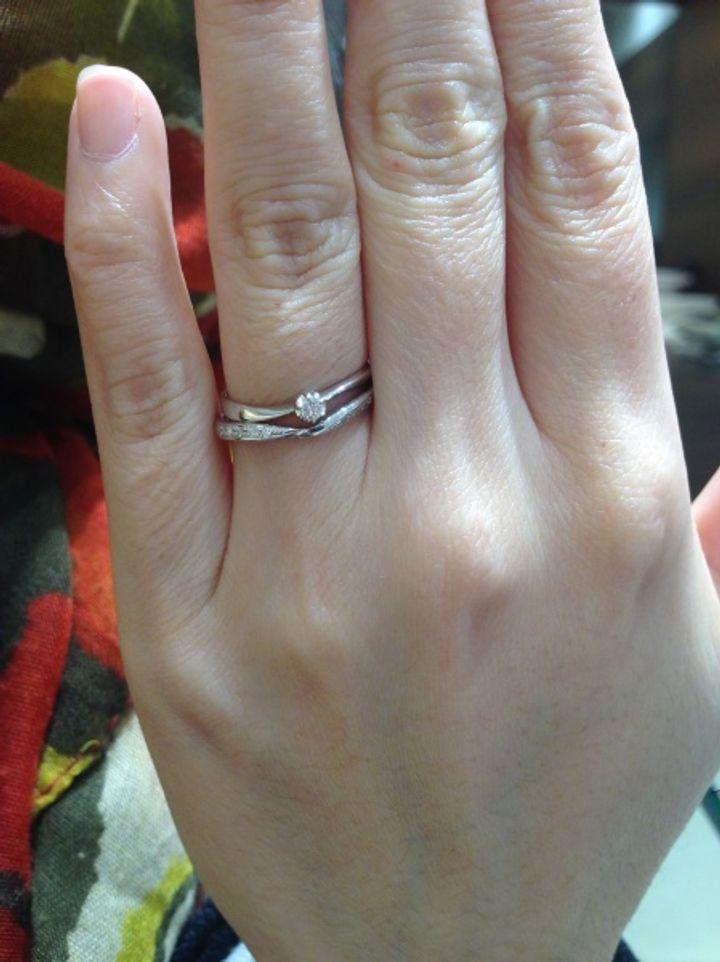 【宝石の玉屋の口コミ】 私は他ブランドで購入した細身でカーブのある婚約指輪との重ね付けを考え…